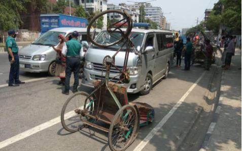 'সর্বাত্মক' লকডাউনের প্রথম দিনে ঢাকার রাস্তায়-রাস্তায় পুলিশের চেকপোস্ট